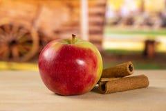 新鲜的红色苹果詹姆斯追悼与推车 库存图片