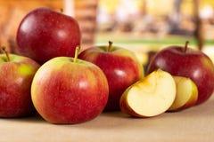 新鲜的红色苹果詹姆斯追悼与推车 库存照片