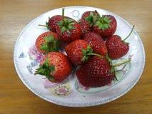 新鲜的红色草莓充分的板材  图库摄影