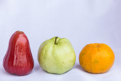 新鲜的红色蒲桃,橙色和绿色番石榴干净的果子 免版税库存照片