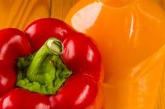 新鲜的红色辣椒粉、甜椒和一个瓶南瓜汁 免版税库存照片