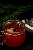 新鲜的红色鱼子酱选择聚焦黑暗照片 免版税库存照片
