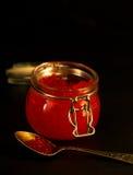 新鲜的红色鱼子酱选择聚焦黑暗照片 图库摄影