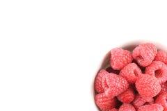 新鲜的红草莓在一个小白色碗结果实 库存照片