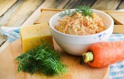 新鲜的红萝卜和乳酪沙拉和开胃菜  图库摄影