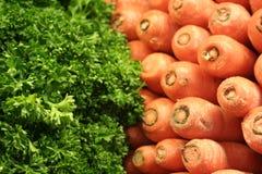 新鲜的红萝卜和莴苣在市场上 库存图片