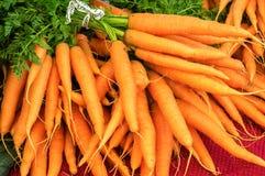 新鲜的红萝卜在市场上 图库摄影