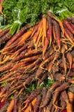 新鲜的红萝卜在市场上 库存图片