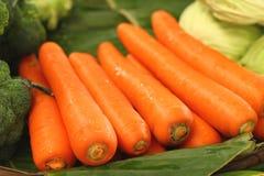 新鲜的红萝卜在市场上 免版税库存照片