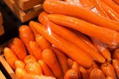 新鲜的红萝卜在市场 免版税库存照片