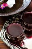 新鲜的红葡萄汁和花 库存图片