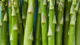 新鲜的绿色芦笋宏观未加工-食物特写镜头 免版税库存照片