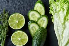 新鲜的绿色莴苣,黄瓜,莳萝,在轻的背景的石灰,选择聚焦,顶视图,拷贝空间的概念 库存照片