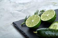 新鲜的绿色莴苣,黄瓜,莳萝,在轻的背景的石灰,选择聚焦,顶视图,拷贝空间的概念 库存图片