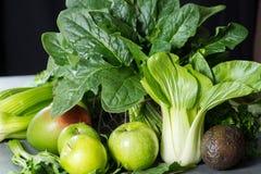 新鲜的绿色蔬菜和水果,饮食healt的成份 免版税图库摄影