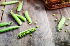 新鲜的绿豆农夫收获在桌上和在老土气木背景的一个被编织的秸杆篮子 顶视图, selecti 图库摄影