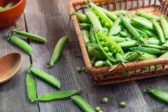 新鲜的绿豆农夫收获在桌上和在老土气木背景的一个被编织的秸杆篮子 顶视图, selecti 库存照片