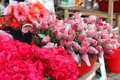 新鲜的罗斯&大丁草在一个花市场上在城市 库存照片