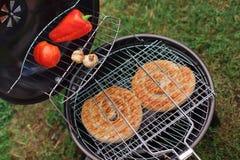 新鲜的肉和菜在室外格栅 免版税库存照片