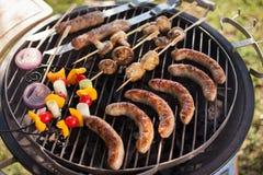新鲜的肉和菜在室外格栅 库存照片