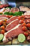 新鲜的肉显示在屠户的商店 库存照片