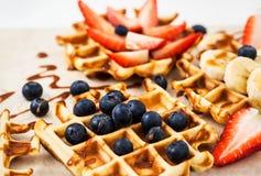 新鲜的自创奶蛋烘饼装饰用蓝莓、草莓和香蕉 库存照片