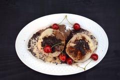 新鲜的自创小圆面包充满草莓酱 洒与可可粉和糖 库存图片