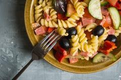 新鲜的自创意大利面制色拉用蕃茄、橄榄和胡椒 免版税库存图片