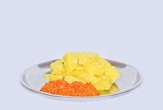 新鲜的自创斯里兰卡的木薯或木薯粉用葱&椰子Sambol 免版税库存图片