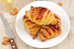 新鲜的自创未装满的新月形面包早餐 免版税库存照片