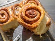 新鲜的自创桂香粘性的小圆面包 免版税库存照片
