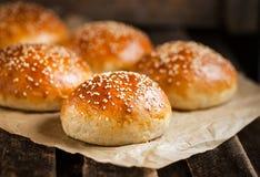 新鲜的自创汉堡小圆面包 免版税库存照片