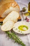 新鲜的自创白面包和板材用橄榄 免版税库存照片