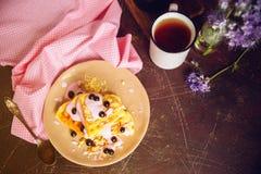 新鲜的自创维也纳奶蛋烘饼,透湿用酸奶和莓果 库存照片