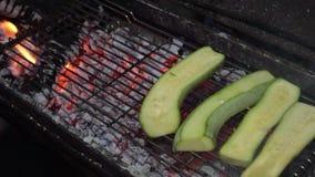 新鲜的自创绿色夏南瓜烤了 股票视频