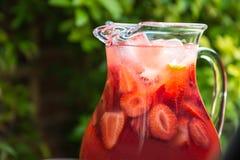 新鲜的自创草莓和莓柠檬水 免版税库存照片