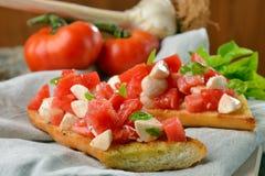 新鲜的自创酥脆意大利开胃小菜叫Bruschetta 免版税库存图片