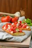 新鲜的自创酥脆意大利开胃小菜叫Bruschetta 库存照片