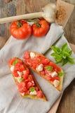 新鲜的自创酥脆意大利开胃小菜叫Bruschetta 免版税库存照片