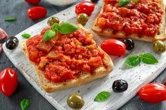 新鲜的自创酥脆意大利开胃菜Bruschetta冠上了用蕃茄,茄子,夏南瓜,黄色胡椒,大蒜和 免版税库存照片