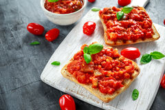 新鲜的自创酥脆意大利开胃菜Bruschetta冠上了用蕃茄,茄子,夏南瓜,黄色胡椒,大蒜和 库存照片