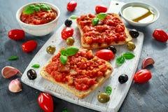 新鲜的自创酥脆意大利开胃菜Bruschetta冠上了用蕃茄,茄子,夏南瓜,黄色胡椒,大蒜和 库存图片