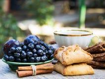 新鲜的自创饼用苹果和桂香 蓝色莓果在背景中 库存照片