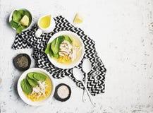 新鲜的自创鸡汤汤用玉米,菠菜,煮沸了在轻的背景的乳房 顶视图 复制空间 免版税库存图片