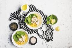 新鲜的自创鸡汤汤用玉米,菠菜,煮沸了在轻的背景的乳房 顶视图 复制空间 库存照片