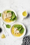 新鲜的自创鸡汤汤用玉米,菠菜,煮沸了在轻的背景的乳房 顶视图 复制空间 图库摄影