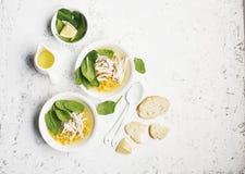 新鲜的自创鸡汤汤用玉米,菠菜,煮沸了在轻的背景的乳房 顶视图 复制空间 免版税库存照片