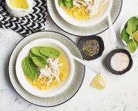 新鲜的自创鸡汤汤用玉米,菠菜,煮沸了在轻的背景的乳房 顶视图 复制空间 库存图片
