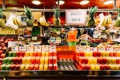 新鲜的自然果汁待售在巴塞罗那市场上 免版税图库摄影