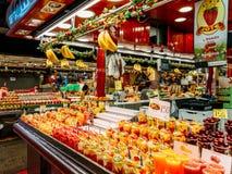 新鲜的自然果汁待售在巴塞罗那市场上 图库摄影